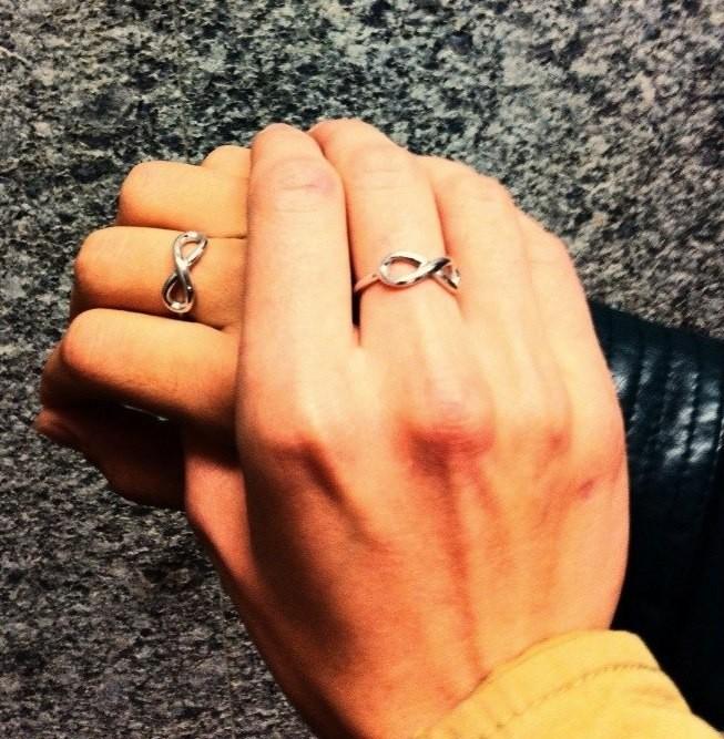золотое кольцо со знаком бесконечности фото цена